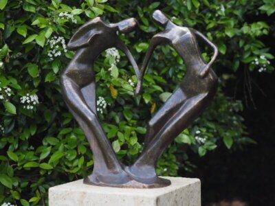 Moderne Figur, Abstraktes Tanzpaar aus Bronze groß