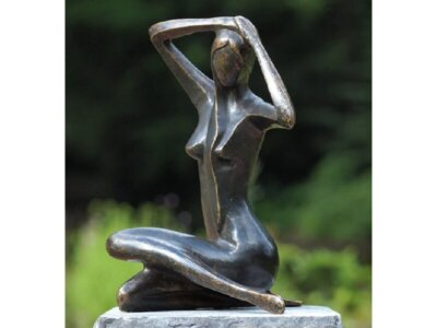 Moderne Figur, Sitzende Frau aus Bronze groß