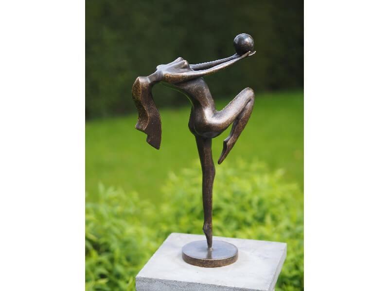 Moderne Figur aus Bronze, Frau spielt mit Ball