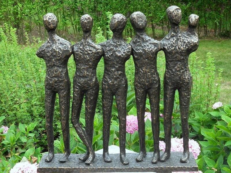 Moderne Figur, 5 Männer mit Kind aus Bronze